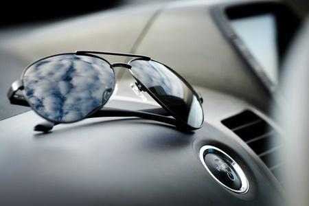 napszemüveg autóban