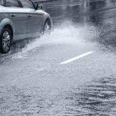 Hogyan vezessünk erős szélben, heves esőben?