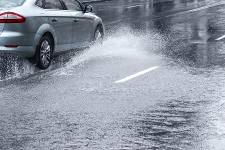 vezetés heves esőben