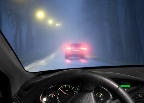 vezetés ködben
